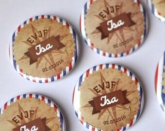 1 pins Badge cadeau souvenir EVJF / Mariage thème Voyage / Prénom et date personnalisées
