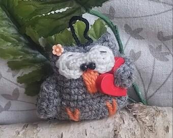 Miss Chouette has heart (crocheted purse jewelry)