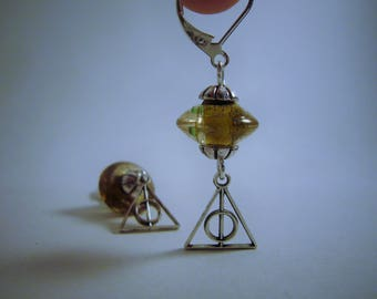 """Boucles d'oreilles """"reliques"""", monde des sorciers, magie, argentée et irisée, breloques triangle avec perle transparente. Made in France"""