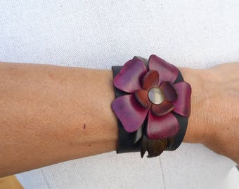 Leather flower bracelet red and khaki