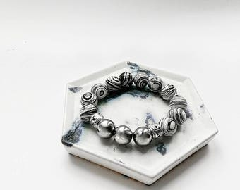 A bracelet with malachite, hematite beads and silver 925.