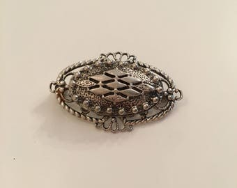 Beautiful vintage silver tone oval brooch