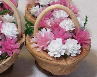 Miniature walnut baskets, pink and white flowers: terrariums mini gardens
