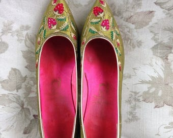 S a l e 60's Taj of India green silk Strawberry embroidered pointed toe pumps 8M