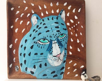 Painting on a reclaimed wooden plate of a blue leopard