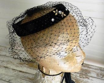 Vintage Hat, Fascinator Hat With Veil, Black Velvet Halo Hat with Veil 1950s Fascinator, Formal Hat Vintage Glam Veiled Hat, Black Velvet