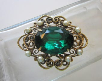vintage brooch - gold tone filigree with faux pearls and large green glass stone