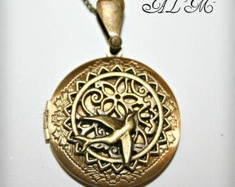 Locket necklace with swallow background gold antique (p)