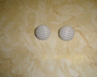 vintage clip on earrings gray lucite ribbed circles