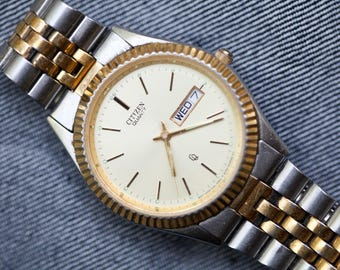 Vintage Mens Citizen Quartz watch with fluted bezel and day date feature original metal bracelet