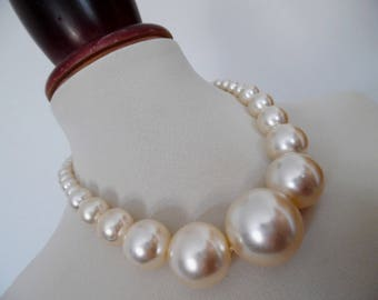CHUNKY PEARLS . Gorgeous Rockabilly Mod Round Ball Bubble Bobble Beads Vintage Necklace Pinup Graduated Pearls