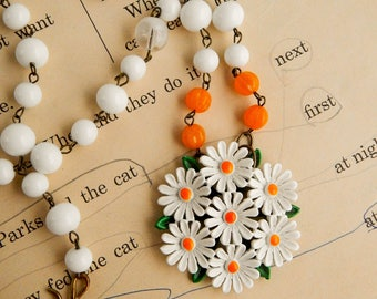 Recycled vintage daisy assemblage necklace / daisy flower necklace / vintage beaded necklace / altered jewelry / assemblage jewelry
