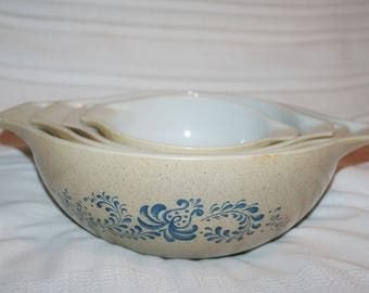 Set of 4 Pyrex Homestead Cinderella Nesting Bowls w/Handles in a Tan and Blue Pattern