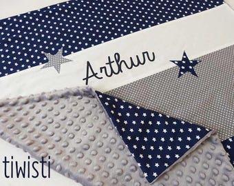 Couverture bébé avec prénom, bleu marine, gris et blanche, envers minky gris, motif étoile