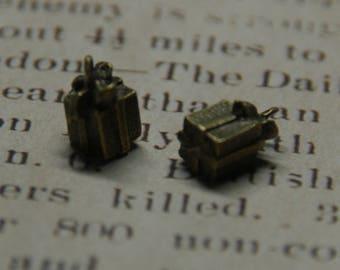 Bronze tone 3D gift charm 10mm