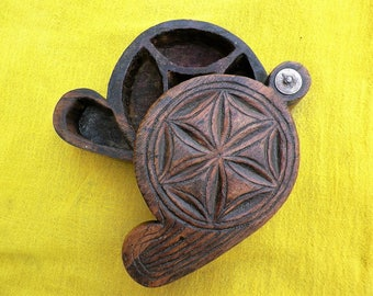 Box tikka ethnic tharu Nepal middle 20th century, old make-up box Bindi, Pottu, Tika Nepalese carmine wood