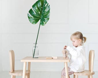 Children's table and 2 chairs / natural wood / chaise pour enfants / Stuhl für Kinder