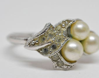 Silver tone ring with daux pearls