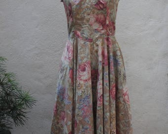 Flower Explosion: 1970's Dress with Sweetheart Neckline and Full Skirt - by Mondi