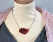 Short necklace with a pen...