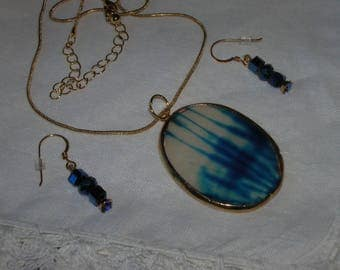 Blue streaks in clear glass pendant with earrings, too