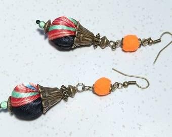 """Boucles d'oreilles """" Amshula """" Pompons en tissu satiné, mini pompons en feutre, Perles """"miracle"""" et apprêts bronze de style Tibétain."""
