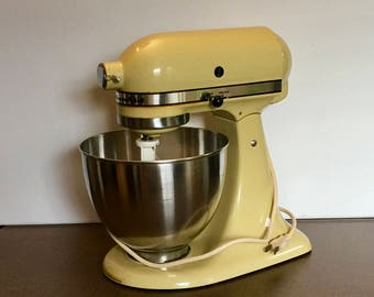 Vintage KitchenAid Electric Stand Mixer W/ Accessories: Bowl, Whisk, And  Beater Avocado