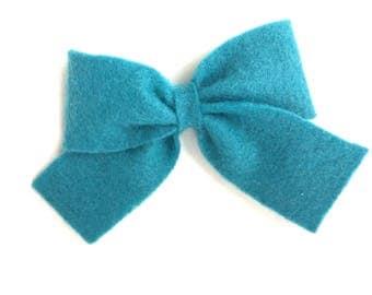 Teal felt hair bow- felt bow, teal hair bow, hair bows, girls bows, baby bows, felt bows, bows, girls hair bows, felt hair bows, bows