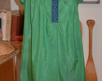 Vintage 1970s green embroidered shift sun dress M medium