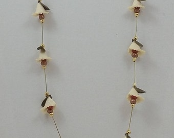 Dainty flowers float necklace