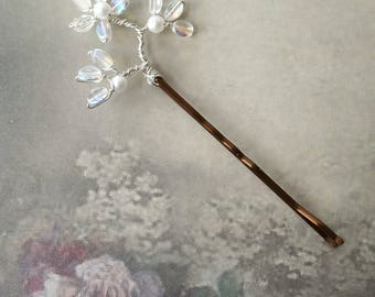 Crystal white pearl flower hair grip, Bridal hair spray, Wedding hair grip accessory, Bridesmaid clip, Bobby pin, Hairpiece