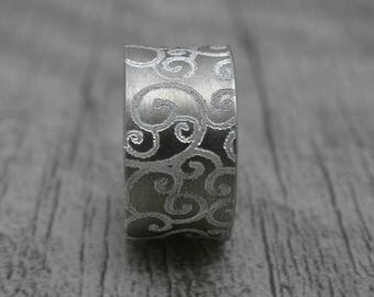 Band with engraving