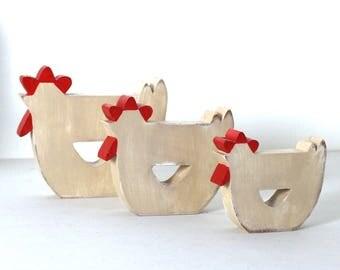 3 poules en bois crème et rouge patiné en décoration d'intérieur _ mylittledecor