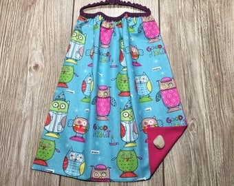 Elastic kids towel, bib canteen kindergarten theme owls on turquoise background with plain fuchsia