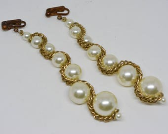 Gold tone and faux pearls earrings