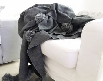 Pompom blanket grey