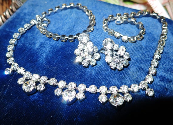 Lovely  vintage 1950s silver metal brooch rhinestone necklace and clip on earrings