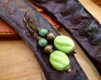 Boucles d'oreilles lotus vertes, perle en verres artisanales vert anis, ethniques, lotus bronze vert de gris, cadeau femme, fête des mères