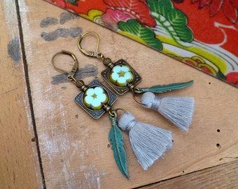 Boucles d'oreilles bohèmes et poétiques, perles fleurs cristal de bohème tchèque, vert d'eau, plume bronze et pompon gris, fête des mères