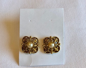 Elegant Vintage Pearl and Gold Metal Earrings