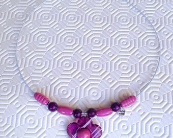 -Rigid necklace with flower and purple beads