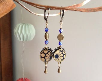 Earring in gold and blue Japanese paper.