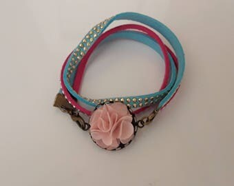 Wrap bracelet and its cabochon floral fabric flowers