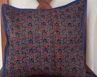 Série Panjab 29: Housse de coussin, 40x40cm (16x16), coton indien, motifs traditionnels, couleurs ocre, rouge, noir, bleu.