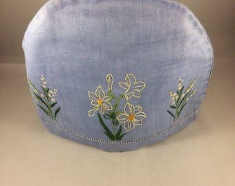 Vintage teacosy. 30s 40s 50s. Lily of valley and another flower embroidered on front. Removable padded liner.
