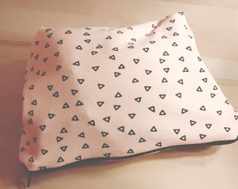 Cosmetic bag in salmon colours with black triangles