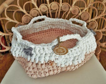 Basket crocheted in pink and white glitter