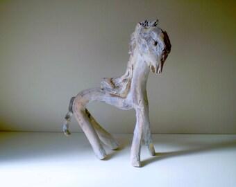 Cheval en bois flotté patiné blanc - Création unique