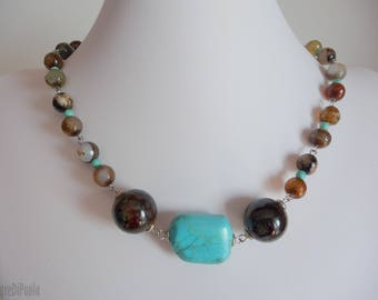 Round neck necklace with agate and ceramic boule