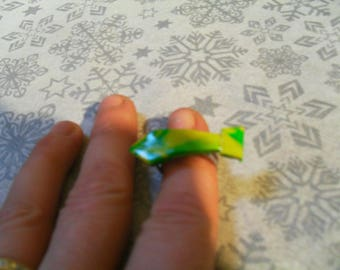 "Adjustable ring ""tie"" yellow and green very stylish and original"